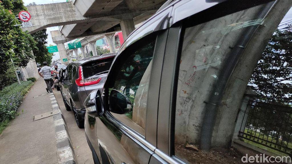 Lihat  Ada Deretan Mobil Parkir Sembarangan