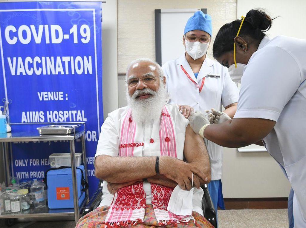 Momen PM India Disuntik Vaksin Buatan Dalam Negeri
