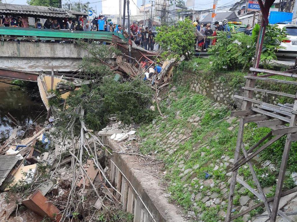 Pospol di Jatijajar Depok Ambrol, 1 Polisi Sempat Terjebak Reruntuhan
