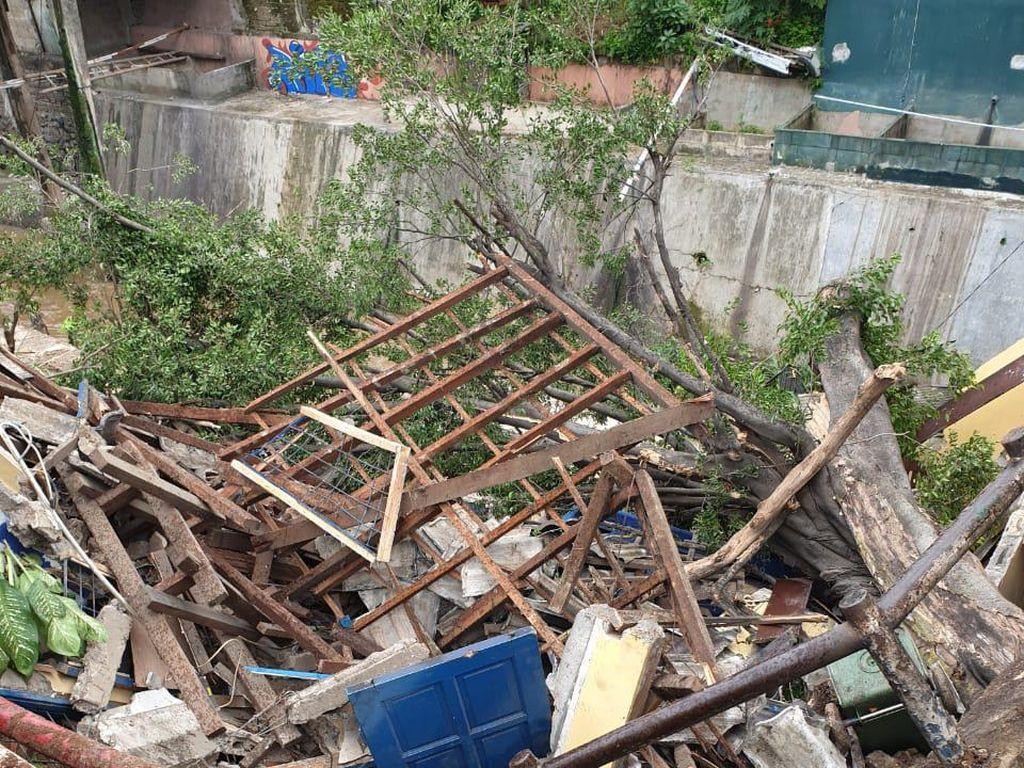 Dramatis! Detik-detik Polisi Dievakuasi dari Reruntuhan Pospol Ambrol