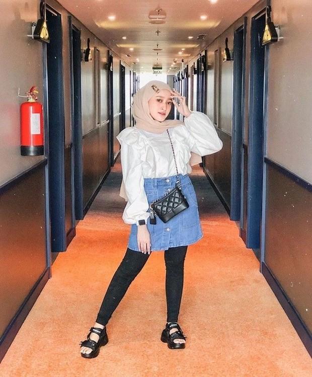 Rok jeans mini dengan blouse ruffle