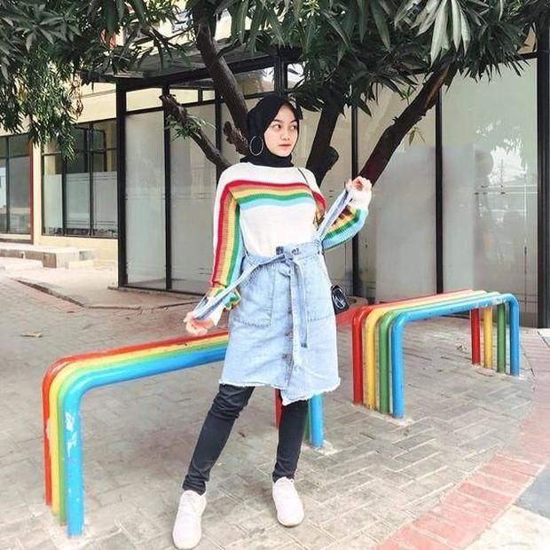 Rok jeans mini dengan rainbow shirt