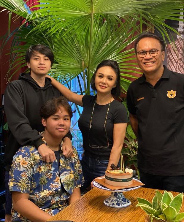 Yuni Shara dan keluarga