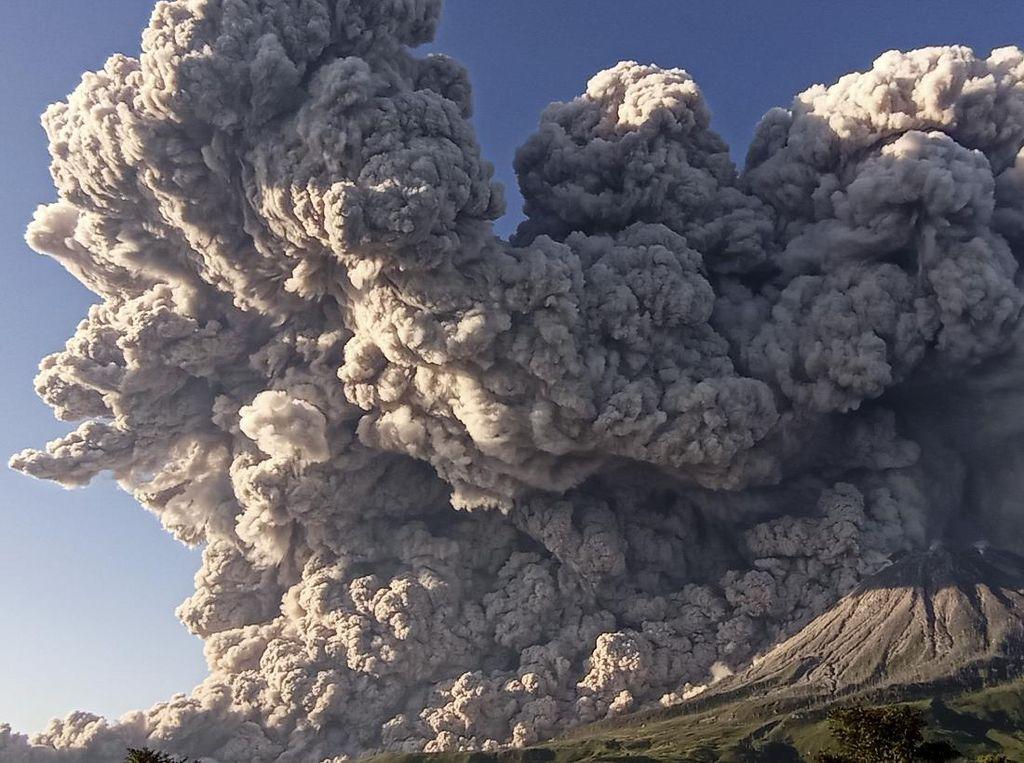 Gunung Sinabung Erupsi, Abu Membumbung Tinggi