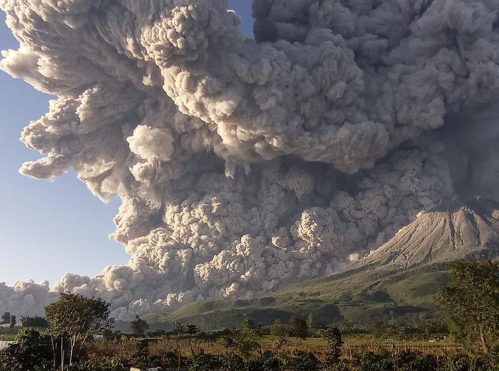 Detik-detik Dahsyatnya Awan Panas Dimuntahkan Gunung Sinabung