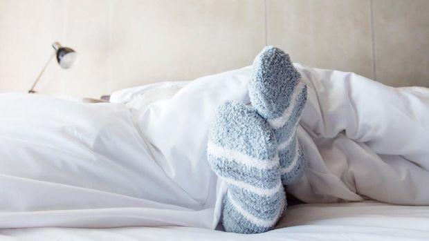 ilustrasi buat tidur pakai kaus kaki