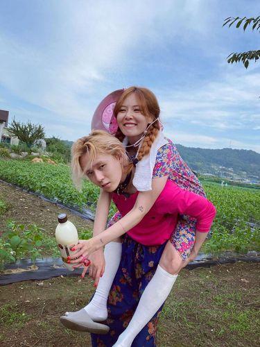 Bak menggendong bunga desa, Dawn tampak serasi dengan Hyuna (foto: instagram.com/hyunah_aa)
