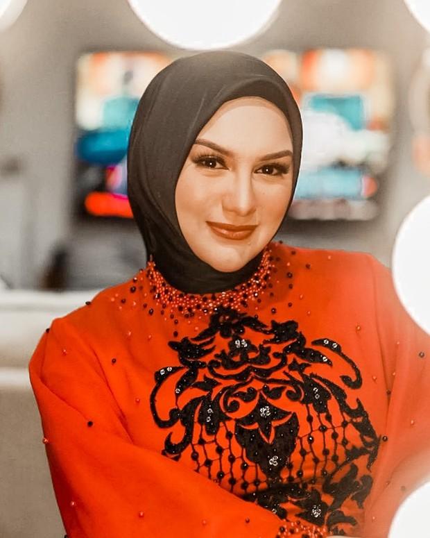 Irish Bella dengan hijab segi empat polos warna hitam/instagram.com/_irishbella_