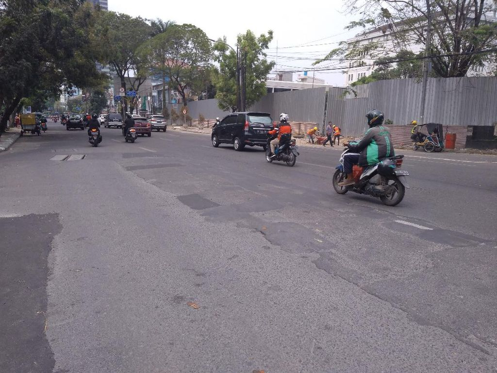 Warga Keluhkan Bekas Tambalan Bikin Jalan di Medan Bergelombang