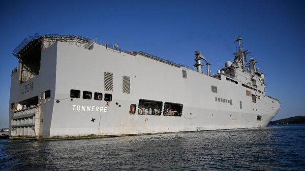 The French military ship Tonnerre leaves the port of Marseille, southern France, on August 9, 2020, in ordrer to head towards Beirut to deliver aid to Lebanon following the huge blast that rocked the Lebanese capital killing in excess of 150 people. - World leaders on on August 9, 2020 pledged more than 250 million euros for disaster-struck Lebanon, conference host France said, with the emergency aid to be delivered