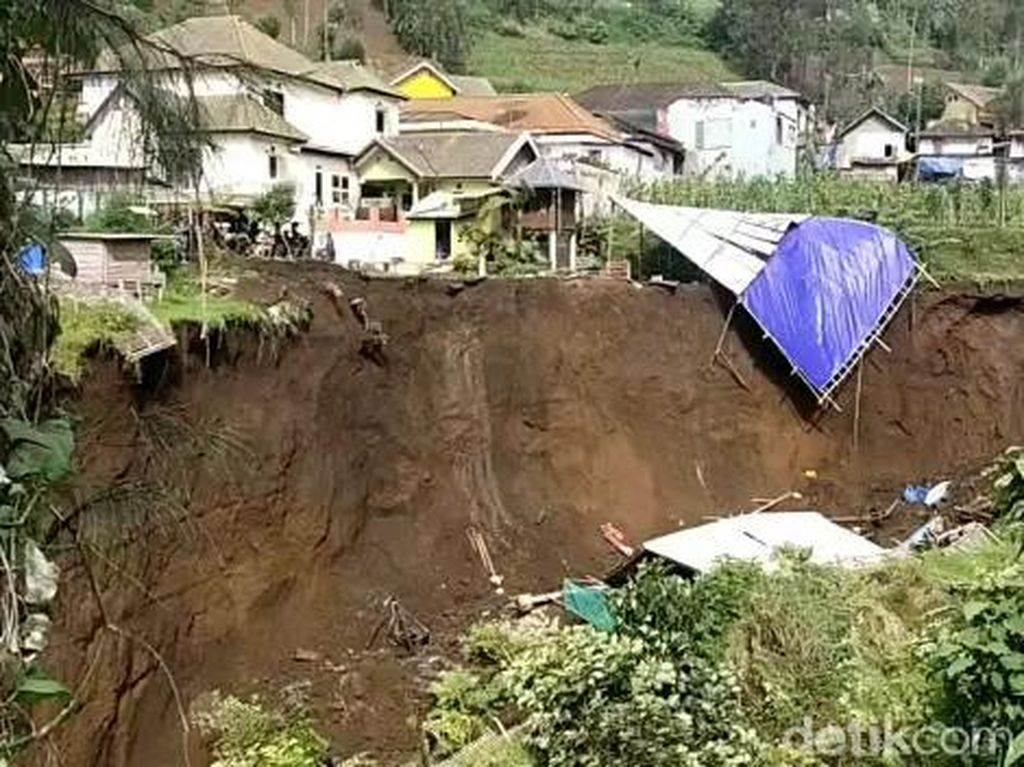 Tebing di Lereng Gunung Bromo Longsor, Sebuah Gudang Milik Warga Runtuh