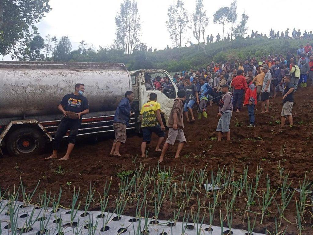 Viral Video Ratusan Orang Evakuasi Truk Kecelakaan, Panen Pujian