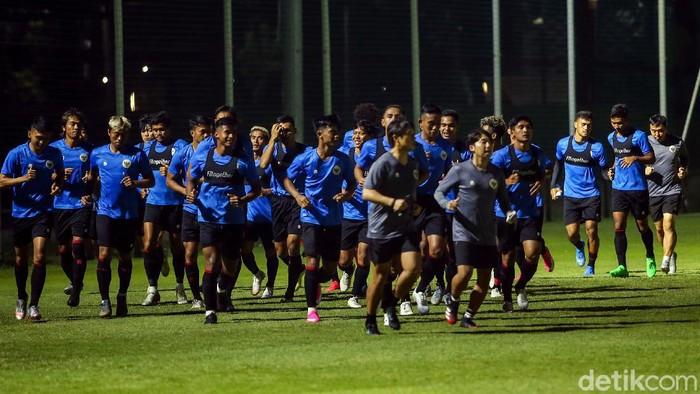 Timnas U22 Indonesia mulai berlatih untuk persiapkan diri jelang dua laga uji coba melawan Bali United dan Tira Persikabo. Latihan digelar di Lapangan D Senayan