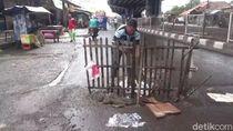 Warga Pasang Pagar di Jalan Berlubang Jalur Pantura Subang