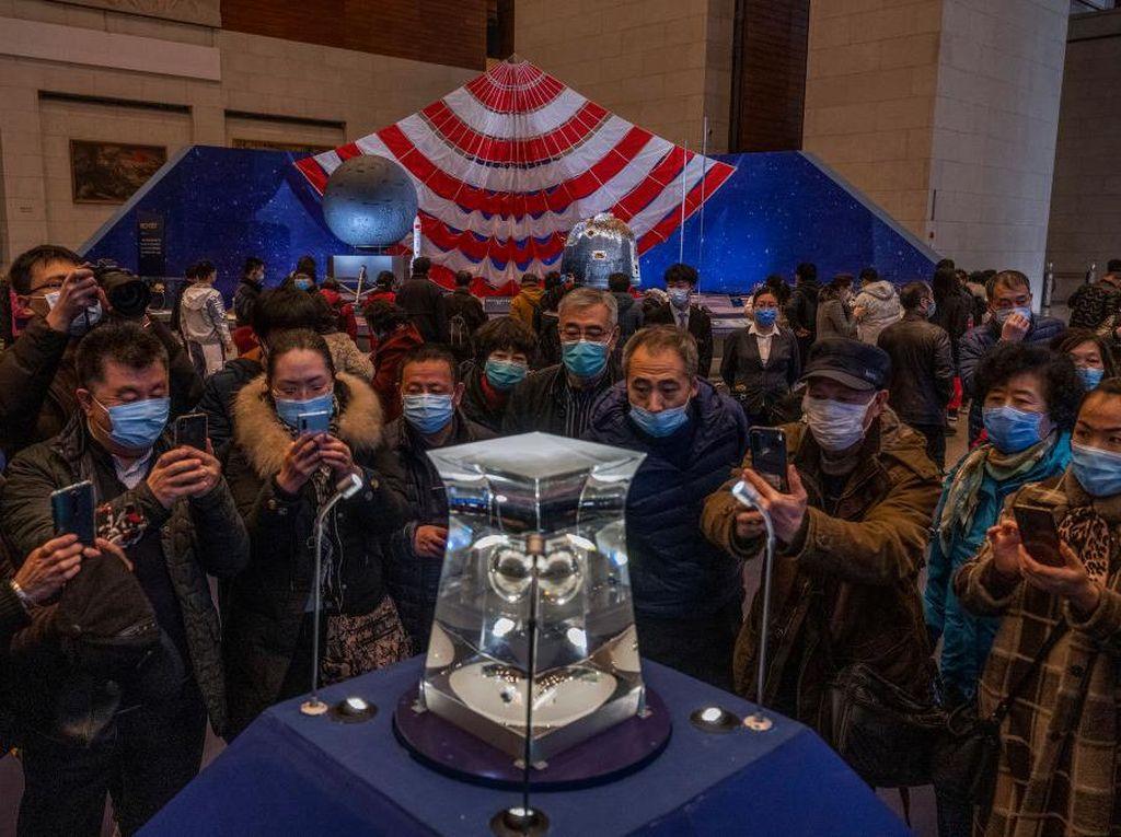 Antusias Warga China Lihat Batuan yang Diambil dari Bulan
