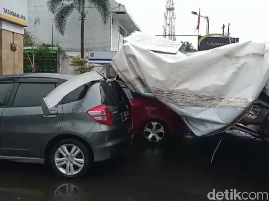 Hujan Angin, Baliho di Tasikmalaya Tumbang Timpa Tiga Mobil
