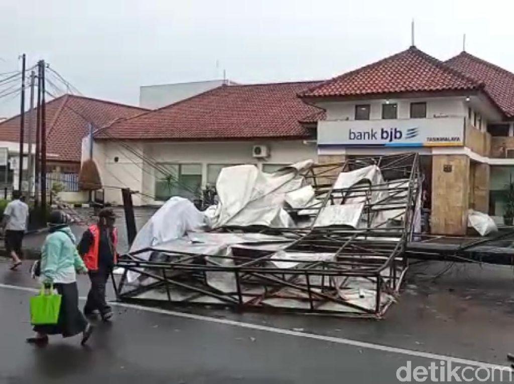 Hujan Disertai Angin, Baliho di Tasikmalaya Roboh-Menimpa Mobil