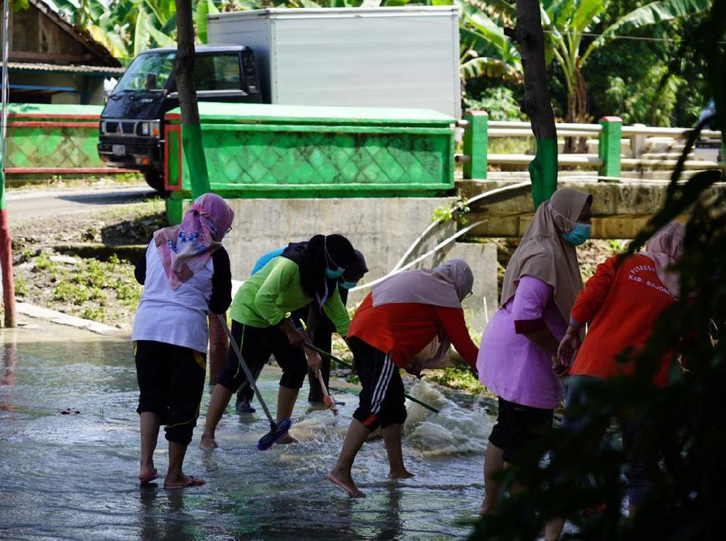 Banjir Rendam 4 Desa di Bojonegoro Surut, Warga Bersihkan Rumah dan Musala