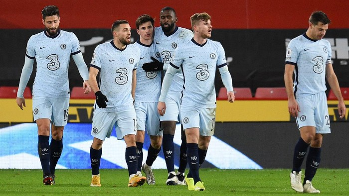 SHEFFIELD, ENGLAND - FEBRUARY 07: Mason Mount of Chelsea is congratulated by Antonio Rudiger and team mates after scoring their sides first goal during the Premier League match between Sheffield United and Chelsea at Bramall Lane on February 07, 2021 in Sheffield, England. Sporting stadiums around the UK remain under strict restrictions due to the Coronavirus Pandemic as Government social distancing laws prohibit fans inside venues resulting in games being played behind closed doors. (Photo by Oli Scarff - Pool/Getty Images)