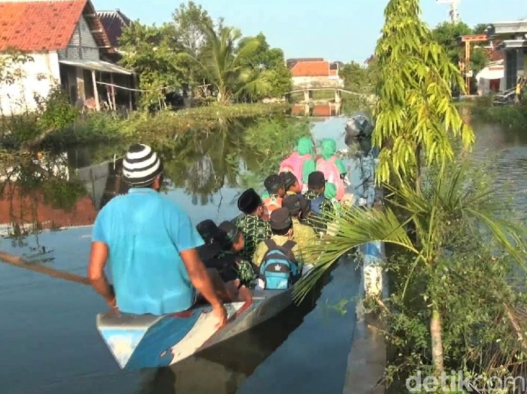 Banjir Bikin Pelajar di Lamongan Terpaksa Naik Perahu ke Sekolah