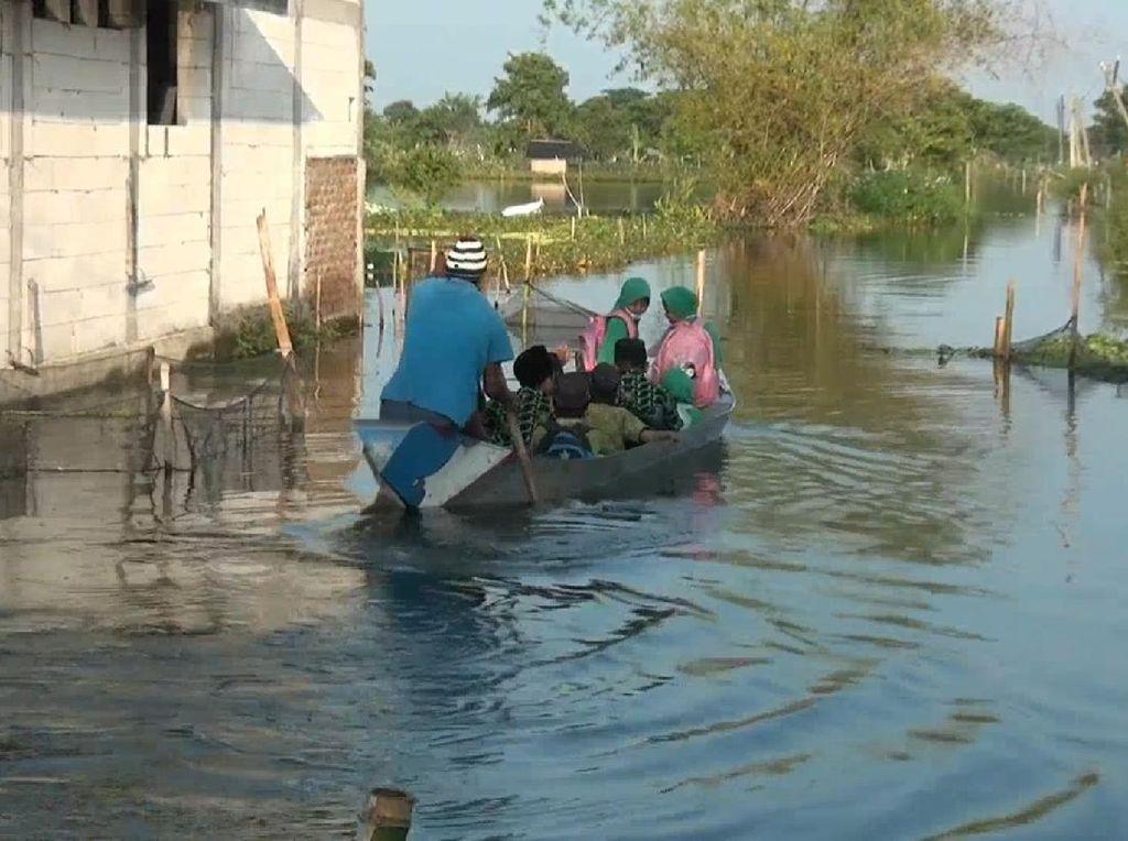 Anak Sungai Bengawan Solo Meluap, Pelajar Lamongan ke Sekolah Naik Perahu