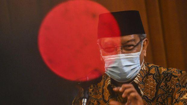 Ketua Umum PBNU KH Said Aqil Siroj memberikan keterangan pers tentang Lampiran Peraturan Presiden (Perpres) Nomor 10 Tahun 2021 tentang Bidang Usaha Penanaman Modal yang mengatur soal investasi minuman keras di kantor pusat PBNU, Jakarta, Selasa (2/3/2021). Dalam keterangannya Said Aqil mengatakan PBNU mengapresiasi langkah pemerintah yang telah bergerak cepat merespon masukan dari masyarakat dengan mencabut Lampiran Peraturan Presiden (Perpres) Nomor 10 Tahun 2021 tersebut. ANTARA FOTO/Muhammad Adimaja/wsj.