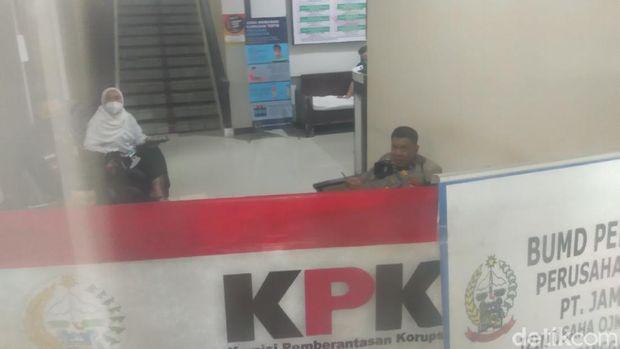 KPK geledah Biro Pengadaan Barang/Jasa di Kantor Gubernur Sulsel (Hermawan/detikcom).