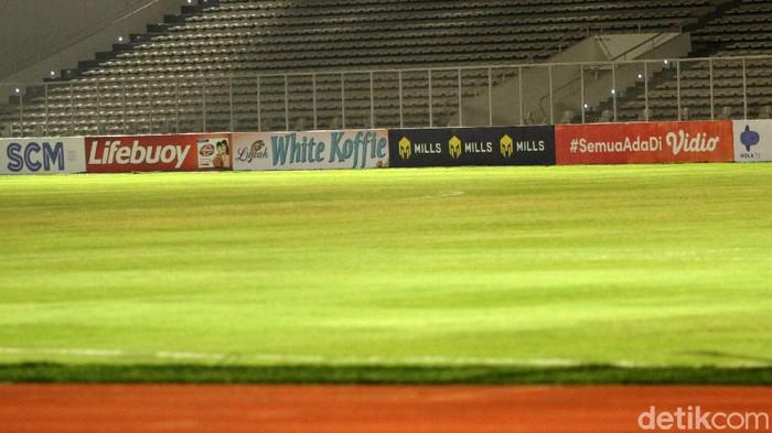 Pertandingan uji coba Timnas Indonesia melawan Tira Persikabo batal terlaksana, Rabu (3/3/2021). Stadion Madya tempat dilangsungkannya laga terpantau gelap.