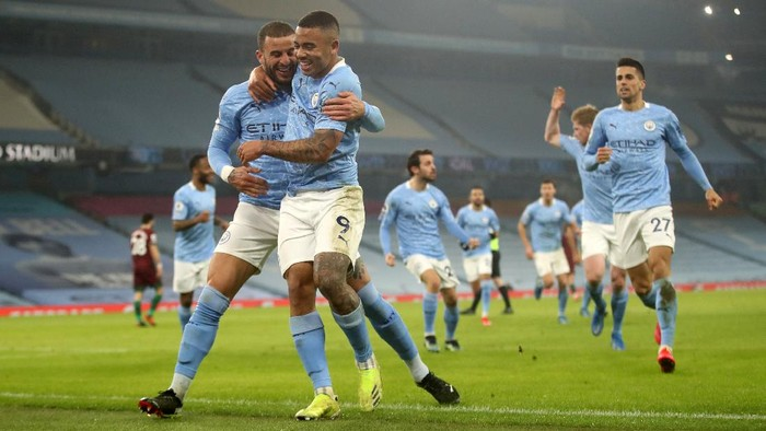 MANCHESTER, ENGLAND - MARCH 02: Gabriel Jesus of Manchester City celebrates with team mate Kyle Walker after scoring their sides second goal during the Premier League match between Manchester City and Wolverhampton Wanderers at Etihad Stadium on March 02, 2021 in Manchester, England. Sporting stadiums around the UK remain under strict restrictions due to the Coronavirus Pandemic as Government social distancing laws prohibit fans inside venues resulting in games being played behind closed doors. (Photo by Carl Recine - Pool/Getty Images)
