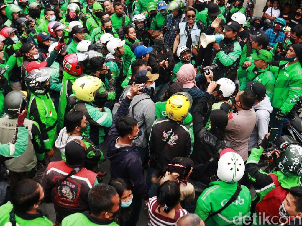 Potret Massa Ojol Datangi Markas Satpol PP Kota Bandung