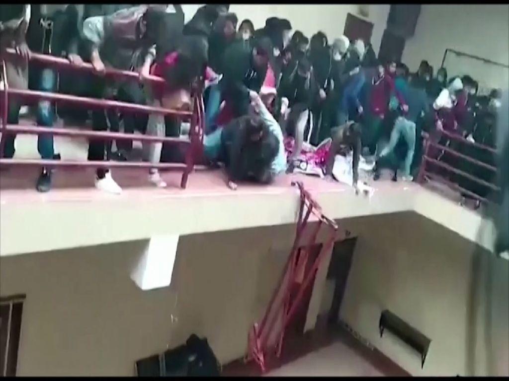 Ngeri! Detik-detik Pagar Balkon Universitas di Bolivia Ambruk
