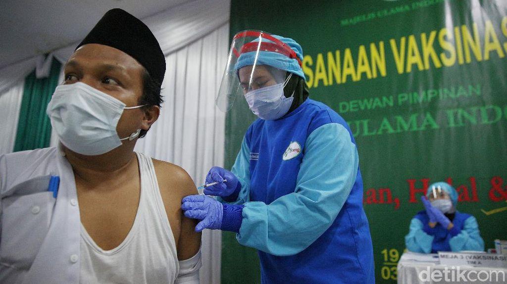 Giliran Pengurus MUI Jalani Vaksinasi COVID-19