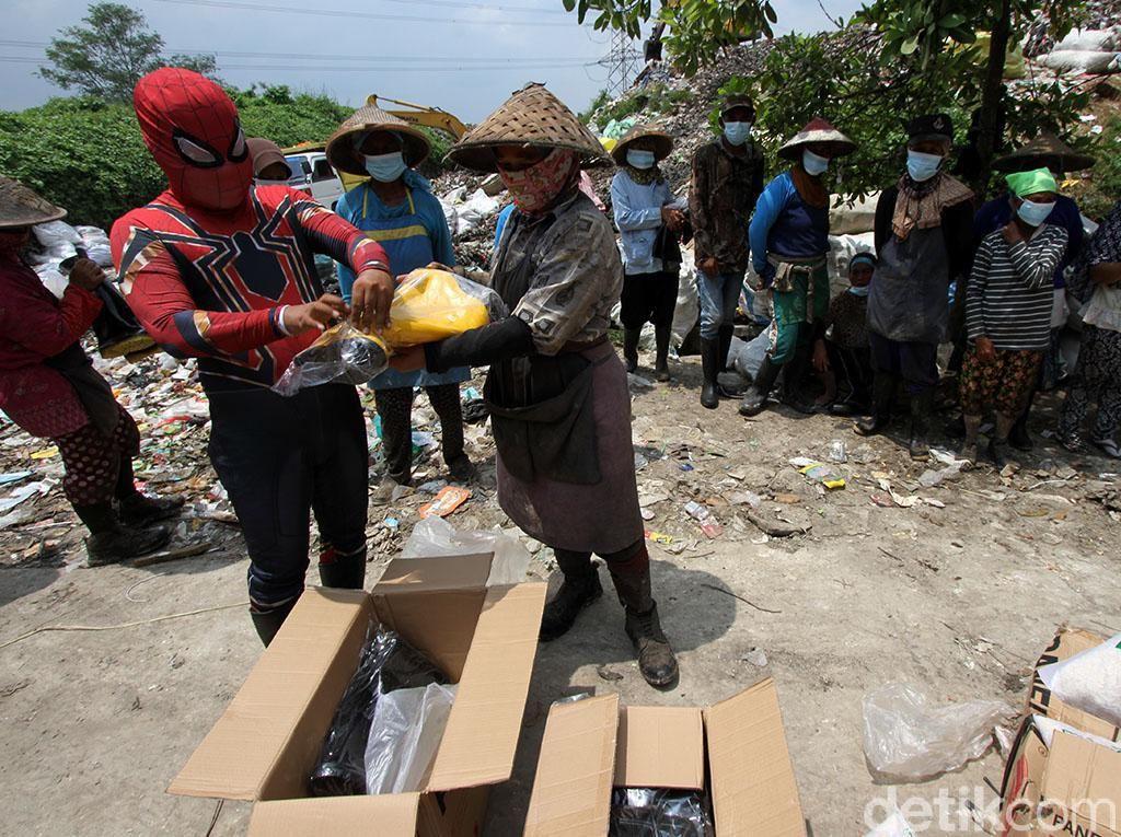 Spiderman Bagi-bagi Sepatu Boots ke Pemulung