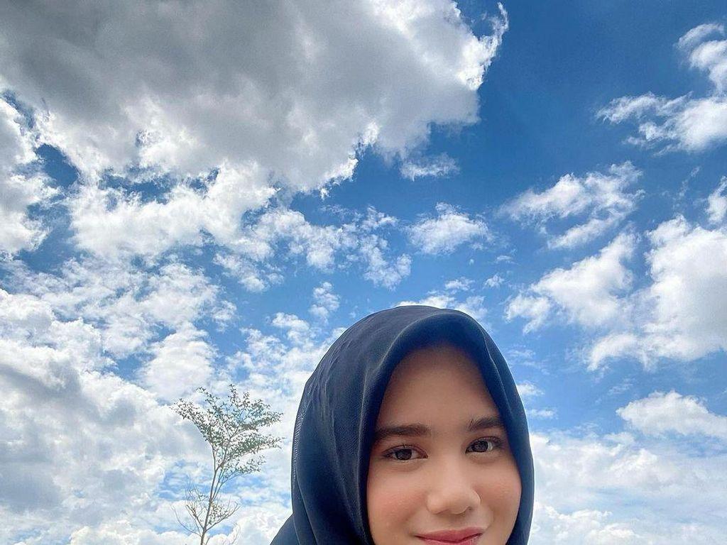 Cantiknya Pacar Dul Jaelani, Tissa Biani Saat Pakai Hijab, Pose di Masjid