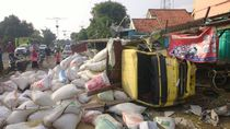 Truk Bermuatan Padi Seruduk Tiga Rumah di Cirebon