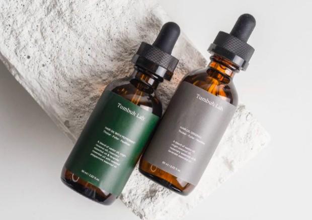 Hair oil dari Tumbuh Lab memiliki kandungan berbagai macam minyak alami seperti coconut oil, castor oil, rosemary essential oil, dan lavender oil yang sangat baik untuk kesehatan rambut.