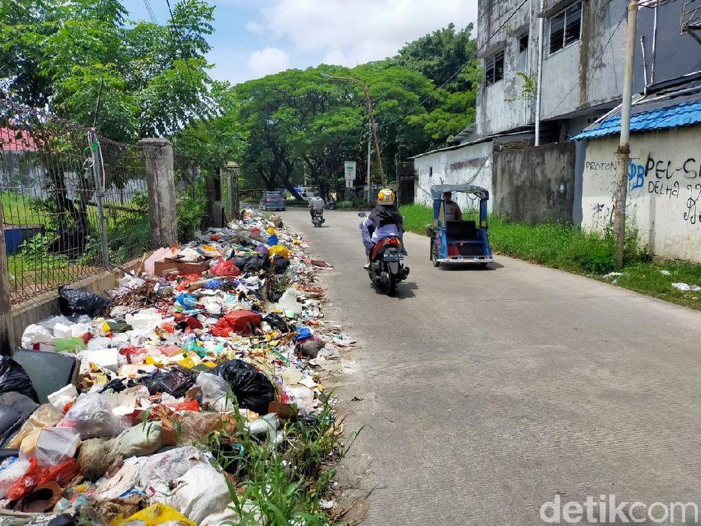 Sampah Menggunung di Jalan Nikel Raya Makassar, Danny: Camat Tak Kerja!