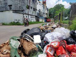 Jorok! Sampah Menumpuk Tutup Drainase-Bahu Jalan Nikel Raya di Makassar