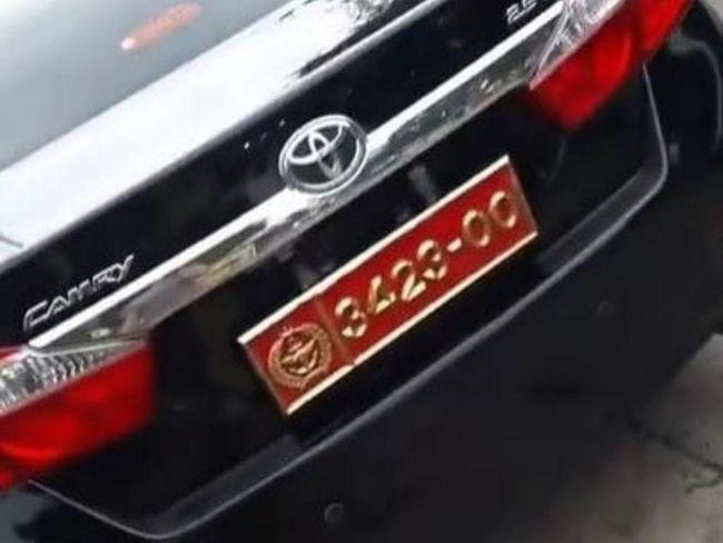 Viral Wanita Pamerkan Mobil Suami Pelat Dinas TNI, TNI: Pelat Bodong
