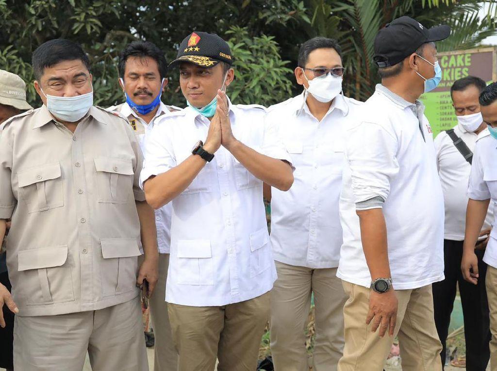 Anggota DPR Gerindra Bantu Pedagang Kecil di Lokasi Banjir Karawang