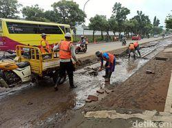 Banjir di Kota Pasuruan Surut, Petugas dan Warga Bersihkan Lumpur