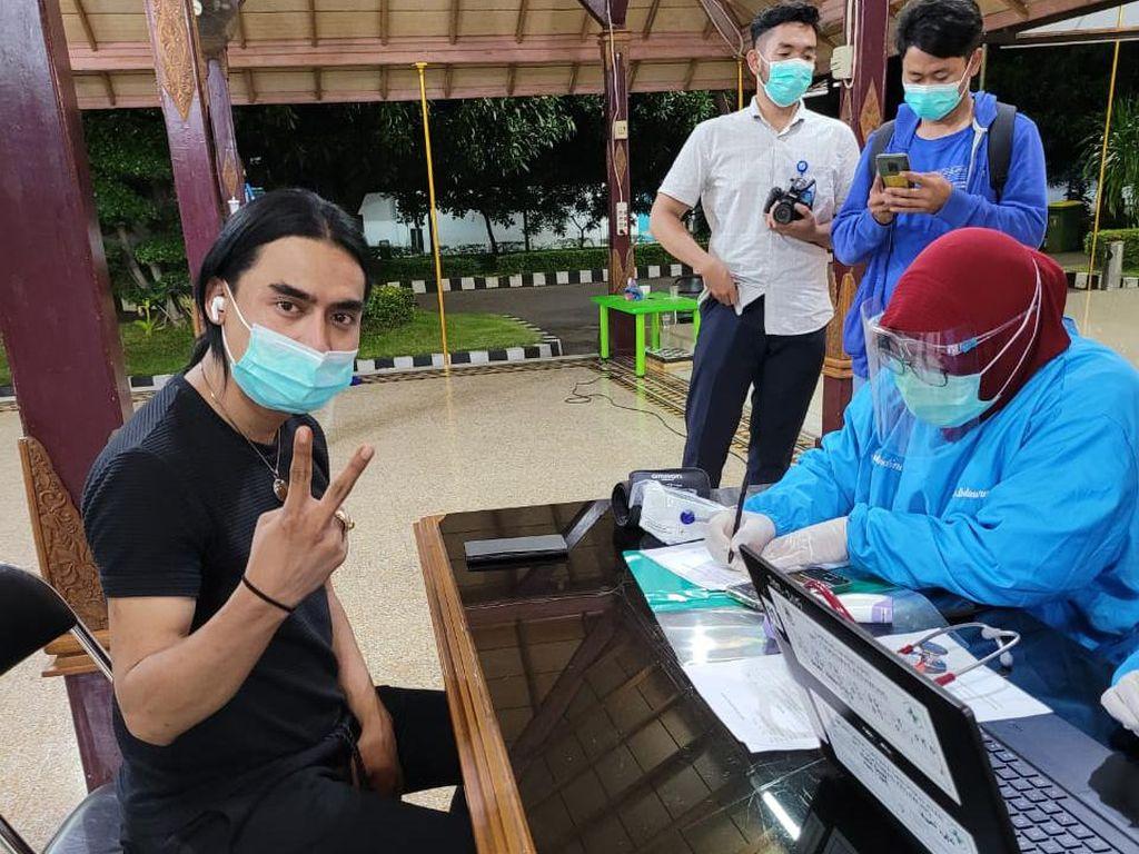 Bupati Cirebon dan Charly Van Houten Jalani Vaksinasi Corona