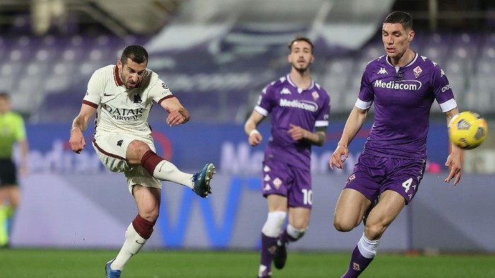 FLORENCE, ITALY - MARCH 03: Nikola Milenkovic of ACF Fiorentina battles for the ball with Henrikh Mkhitaryan of AS Roma during the Serie A match between ACF Fiorentina  and AS Roma at Stadio Artemio Franchi on March 3, 2021 in Florence, Italy.  (Photo by Gabriele Maltinti/Getty Images)