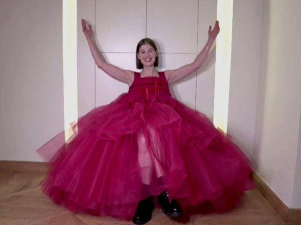 Rosamund Pike Terima Kasih pada Publik AS atas Komedi Gelap I Care a Lot