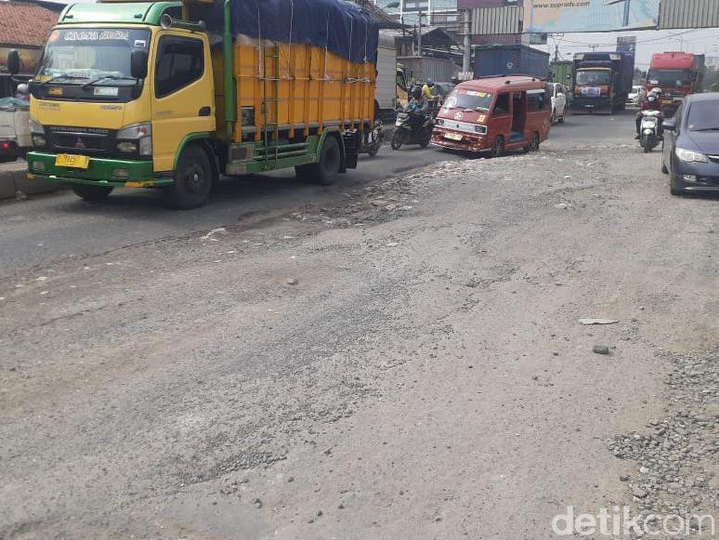 Jl Raya Industri Kabupaten Bekasi Ini Hancur, Truk-truk Berguncang