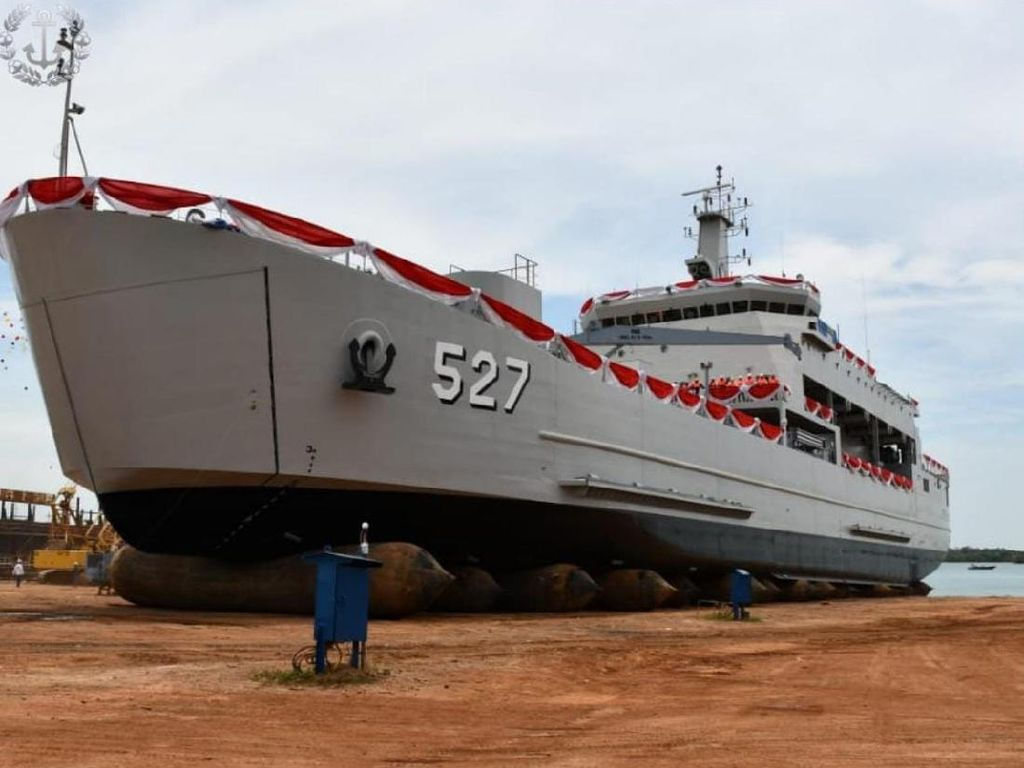 2 Kapal Perang Baru Jenis Angkut Tank Diluncurkan: KRI Teluk Weda-Wondama