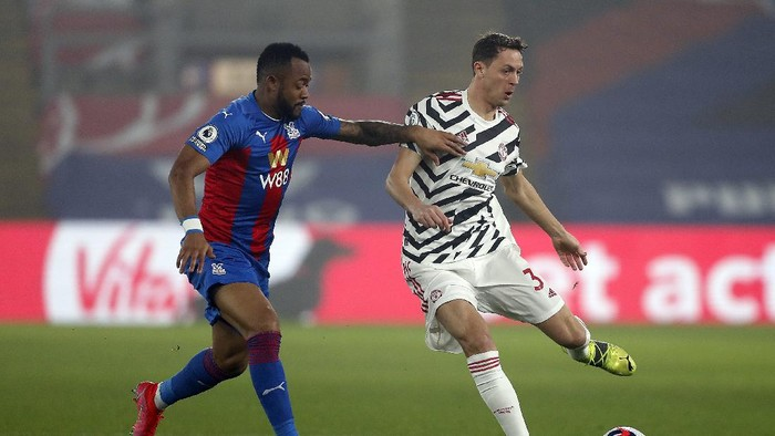 LONDON, ENGLAND - MARCH 03: Nemanja Matic of Manchester United makes a pass whilst under pressure from Jordan Ayew of Crystal Palace during the Premier League match between Crystal Palace and Manchester United at Selhurst Park on March 03, 2021 in London, England. Sporting stadiums around the UK remain under strict restrictions due to the Coronavirus Pandemic as Government social distancing laws prohibit fans inside venues resulting in games being played behind closed doors. (Photo by Matthew Childs - Pool/Getty Images)