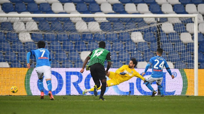 REGGIO NELLEMILIA, ITALY - MARCH 03: Lorenzo Insigne of Napoli  scores their teams third goal from the penalty spot during the Serie A match between US Sassuolo  and SSC Napoli at Mapei Stadium - Città del Tricolore on March 03, 2021 in Reggio nellEmilia, Italy. Sporting stadiums around Italy remain under strict restrictions due to the Coronavirus Pandemic as Government social distancing laws prohibit fans inside venues resulting in games being played behind closed doors. (Photo by Alessandro Sabattini/Getty Images)