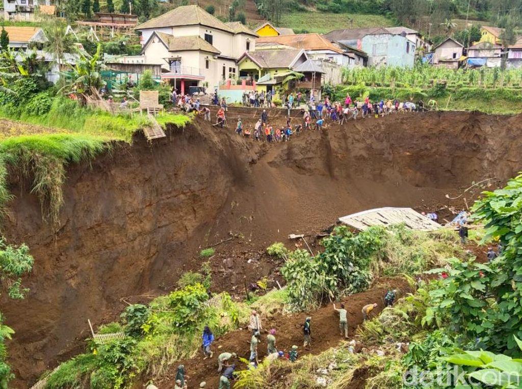 Warga Bangun Terasering di Lokasi Tebing 30 Meter yang Longsor di Pasuruan
