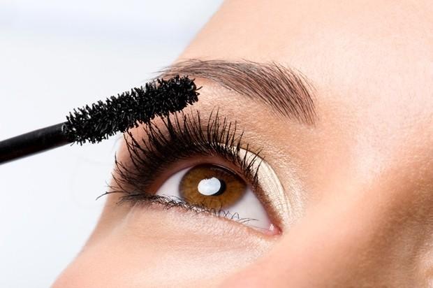 Jauhi maskara yang sulit menempel dengan baik di bulu matamu. Apalagi jika ia menimbulkan titik-titik serpihan hitam di area mata saat kamu berkedip atau tak sengaja menggesek bulu mata.